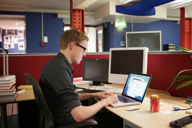 Piccoli accorgimenti per correggere la postura davanti al computer